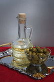 Groene olijven en olie Royalty-vrije Stock Fotografie