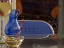 Groene olijven en witte wijn Stock Fotografie
