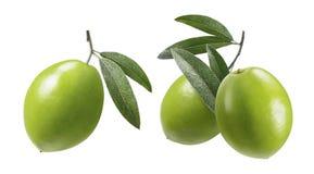 Groene olijven met bladeren geplaatst die op witte achtergrond worden geïsoleerd Royalty-vrije Stock Afbeeldingen