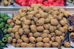 Groene olijven in voedselopslag Stock Foto's