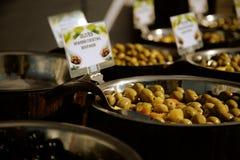 Groene olijven voor verkoop in de markt Stock Foto