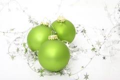 Groene ornamenten met zilveren sterren Stock Afbeelding