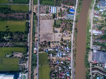 Groene padieveld, stad en Nan-rivier in Phichit, Thailand Stock Foto