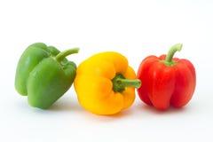 Groene paprika die op witte achtergrond wordt geïsoleerds Stock Afbeeldingen