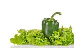 Groene paprika en saladeblad dat op wit wordt geïsoleerd stock fotografie
