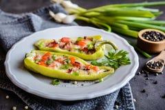 Groene paprika met bacon, kaas, tomaat en groene ui wordt gevuld die Royalty-vrije Stock Afbeelding