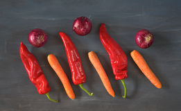 Groene paprika, rode uien, wortelen stock fotografie