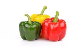 Groene paprika's of capsicum op witte achtergrond worden geïsoleerd die royalty-vrije stock fotografie
