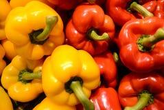 Groene paprika's die op wit worden geïsoleerd, Stock Foto