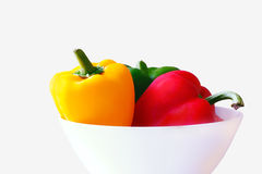 3 groene paprika's in een witte geïsoleerde kom Royalty-vrije Stock Afbeeldingen