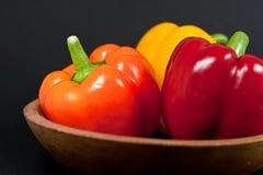 Groene paprika's in Houten Kom Stock Afbeelding