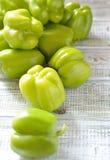 Groene paprika's op een lichte lijst Stock Fotografie