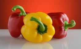 Groene paprika's op een wit glas stock fotografie
