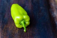 Groene paprika's op houten lijst Stock Afbeelding