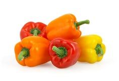 Groene paprika's op wit met het knippen van weg stock afbeeldingen
