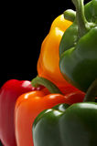 Groene paprika's op zwarte Stock Foto