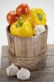 Groene paprika's, tomaten en wat knoflook Royalty-vrije Stock Afbeeldingen
