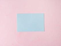 Groene pastelkleurkaart op roze geweven achtergrond Royalty-vrije Stock Afbeelding
