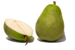 Groene peer en de helft die op de witte achtergrond wordt geïsoleerd Stock Foto