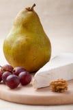 Groene peer, kaasBrie, okkernoot, druiven Stock Fotografie