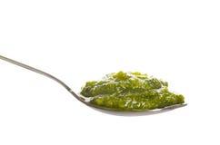 Groene pesto in een lepel Royalty-vrije Stock Afbeelding