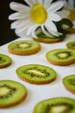 Groene plakken van Kiwifruit op witte achtergrond stock afbeelding