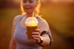 Groene plantaardige smoothie - gezond het eten concept en sporten Stock Fotografie