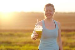 Groene plantaardige smoothie - gezond het eten concept en sporten Stock Afbeeldingen