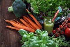 Groene plantaardige smoothie Organische groenten rechtstreeks van de tuin en een glas van drank stock foto