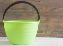 Groene plastic emmer op de lijst Royalty-vrije Stock Afbeeldingen