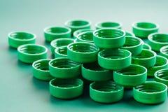 Groene plastic kappen van flessen op backgraund royalty-vrije stock fotografie