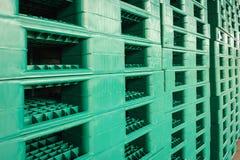 Groene plastic pallets in pakhuis Stock Fotografie