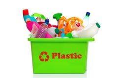 Groene plastic recyclingsbak die op wit wordt geïsoleerdr Royalty-vrije Stock Foto