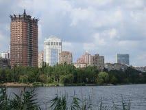 Groene promenade in de mening van Donetsk van Kalmius Stock Foto's