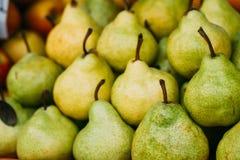 Groene Rijpe Peren bij een Landbouwersmarkt Hoop van vruchten stock foto