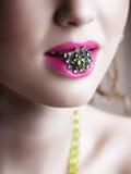 Groene ring in roze lippen royalty-vrije stock afbeeldingen