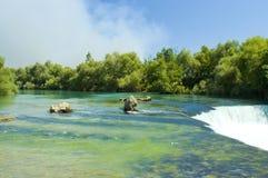 Groene rivier en waterval royalty-vrije stock afbeelding