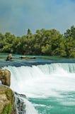 Groene rivier en waterval stock afbeelding