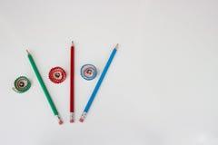 Groene, rode en blauwe potloden en bloemspaanders Stock Afbeelding