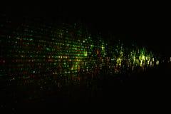 Groene rode geel van de laserstraal in de donkere ruimte stock afbeelding