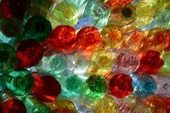 Groene rode gele blauwe duidelijke plastflessen Stock Foto's