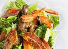 Groene salade in een kom, met spinazie en bacon stock foto's