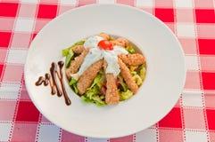 Groene salade en braadstukkip Royalty-vrije Stock Afbeelding
