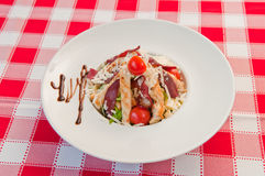 Groene salade met braadstukkip Stock Foto's
