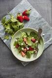 Groene salade met feta en aardbeien stock foto's