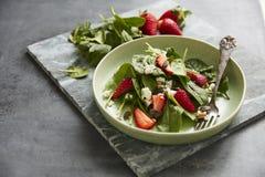 Groene salade met feta en aardbeien royalty-vrije stock foto