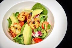 Groene salade met garnalen en avocado Stock Afbeeldingen