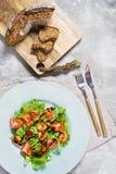 Groene salade met geroosterde garnalen en houten scherpe Raad met brood royalty-vrije stock foto's