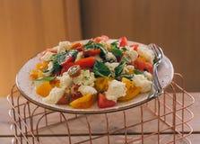 Groene salade met groenten op de metaal netto en houten lijst royalty-vrije stock fotografie