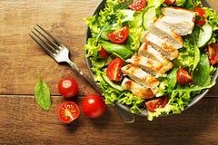Groene Salade met kip en tomaat stock afbeeldingen